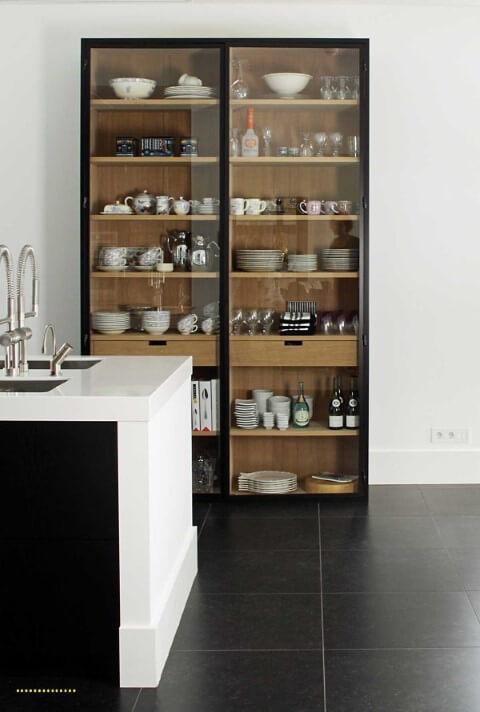 Cristaleira moderna preta com prateleiras de madeira Foto de No Ordinary Home