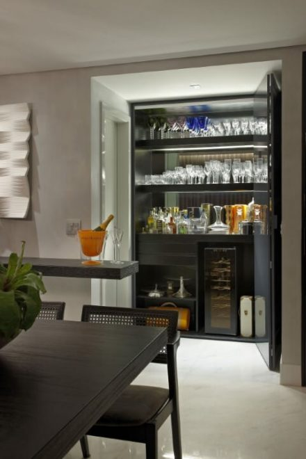 Cristaleira moderna preta na sala de jantar Projeto de Andrea Buratto