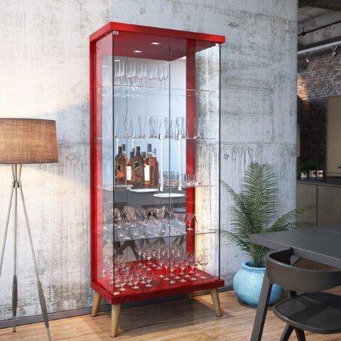 Cristaleira moderna vermelha com portas de vidro e pés de madeira Foto de Madeira Madeira
