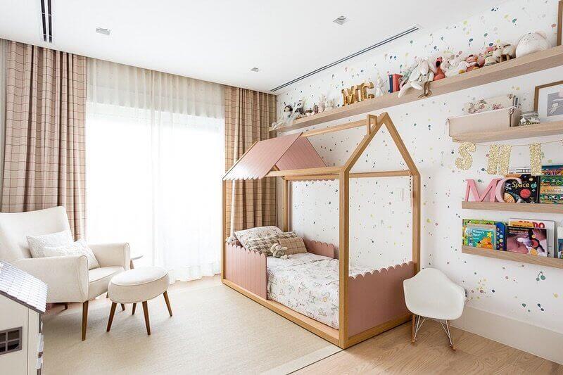 Decoração em cores claras com cama casinha e tapete para quarto infantil Foto Suite Arquitetos