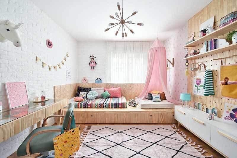 Decoração em cores claras com tapete para quarto infantil feminino Foto Escritório de Arquitetura Gabi Work