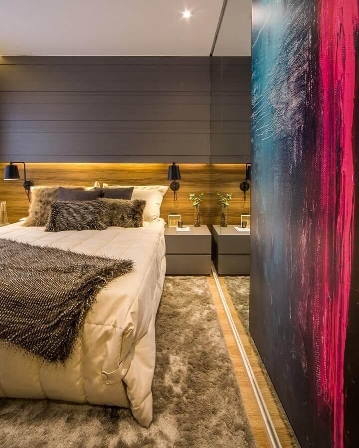 Decoração moderna com tapete para quarto masculino planejado com luminária de parede e revestimento de madeira Foto Claudia Albertini Arquitetura