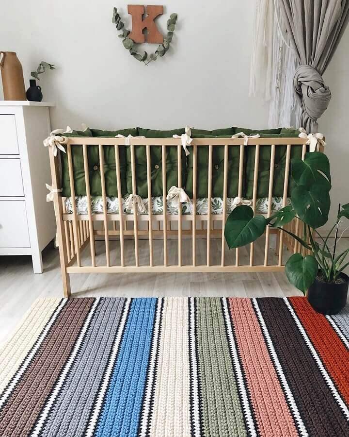 Decoração simples com tapete de crochê para quarto de bebê com listras coloridas Foto Krona Store