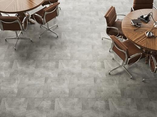 Escritório com piso vinílico em tons de cinza Foto de Anna Decor