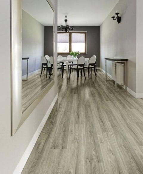 Hall com piso vinílico imitando madeira em tons de cinza Foto de Fast Revestimentos