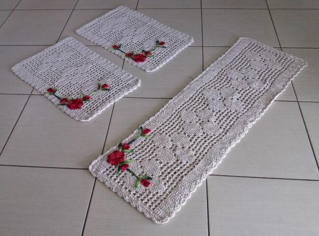Jogo de cozinha de crochê com barbante cru com flores vermelhas Foto de Rosa Crochês
