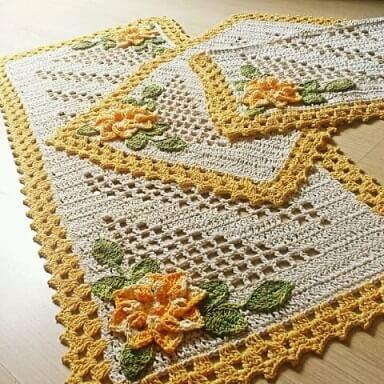 Jogo de cozinha de crochê com borda amarela e flor da mesma cor Foto de Claudia Crochetando