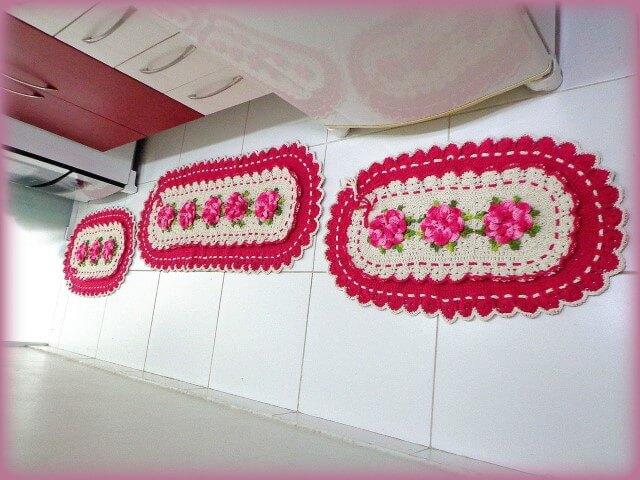 Jogo de cozinha de crochê com borda rosa e flores da mesma cor Foto de Panndorella Crochê