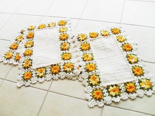 Jogo de cozinha de crochê com flores amarelas na borda Foto de Atelier Quel Côrtes