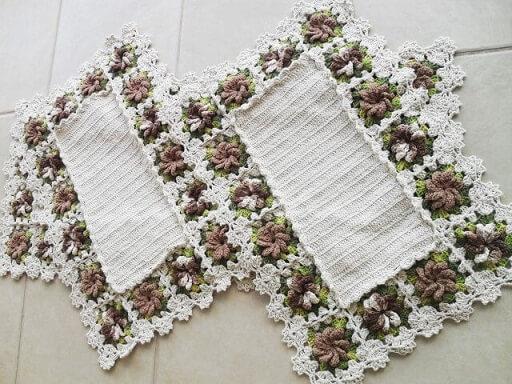 Jogo de cozinha de crochê com flores marrons na borda Foto de Atelier Quel Côrtes