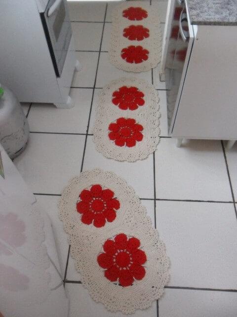 Jogo de cozinha de crochê cru com flores vermelhas Foto de Ateliê Pontinhos de Mel com Amor
