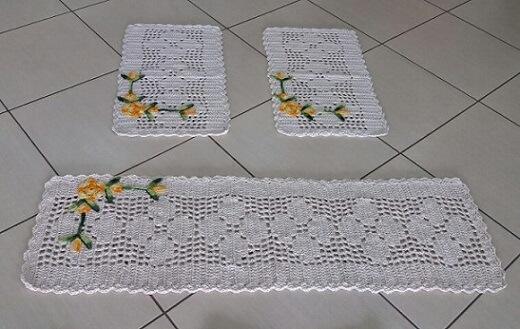 Jogo de cozinha de crochê em barbante cru com florzinhas amarelas Foto de Rosa Crochês e Artesanatos