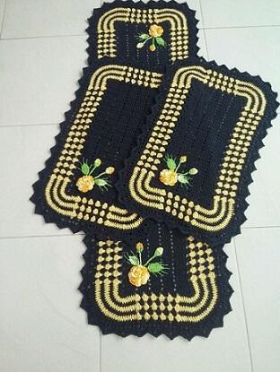 Jogo de cozinha de crochê preto com borda amarela Foto de MS Crochê
