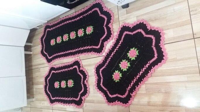 Jogo de cozinha de crochê preto com rosa Foto de A&R Crochê