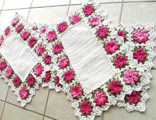Jogo de cozinha de crochê retangular com flores cor de rosa na borda Foto de Atelier Quel Côrtes