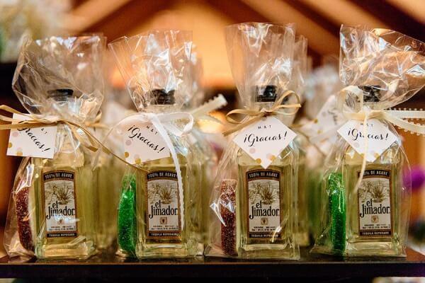 Mini garrafas de tequila como lembrancinhas de casamento Foto de Tracey Buyce