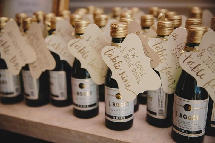 Mini garrafas de vinho como lembrancinhas de casamento Foto de Rustic Garden Weddings