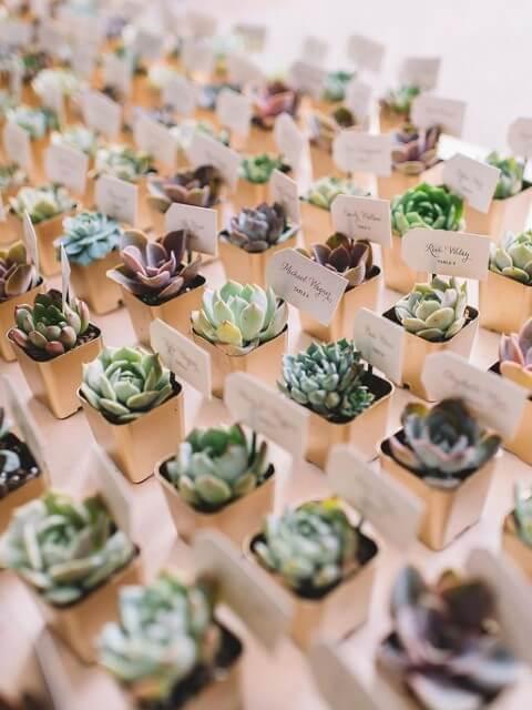 Mini suculentas em vasinhos de metal como lembrancinhas de casamento Foto de Wear4Trend