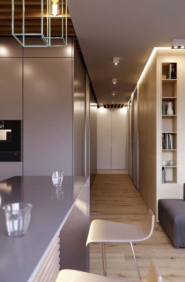 Nesse projeto o forro de gesso alongou visualmente esse corredor
