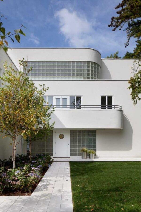 Os contornos deixam a fachada com um toque futurista