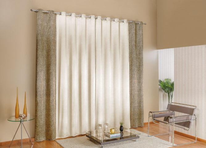 Parede cor palha com cortina branca e estampada Foto de Madric