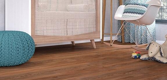 Piso vinílico imitando madeira em tom avermelhado no quarto de bebê Foto de Duratex Madeira
