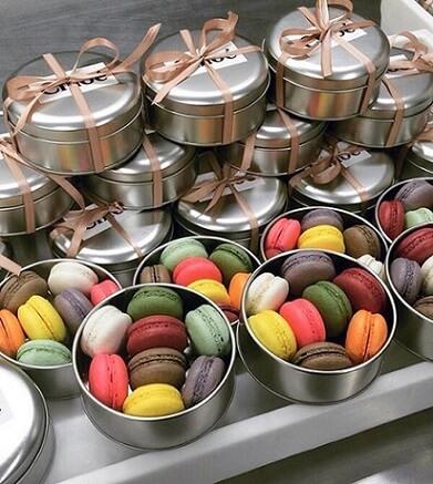Potes de metal com macarons coloridos como lembrancinhas de casamento Foto de Constance Zahn
