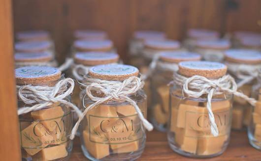 Potes de vidro com doce de leite como lembrancinhas de casamento Foto de Festas Site