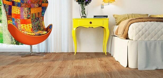 Quarto colorido com piso vinílico imitando madeira Foto de Duratex Madeira
