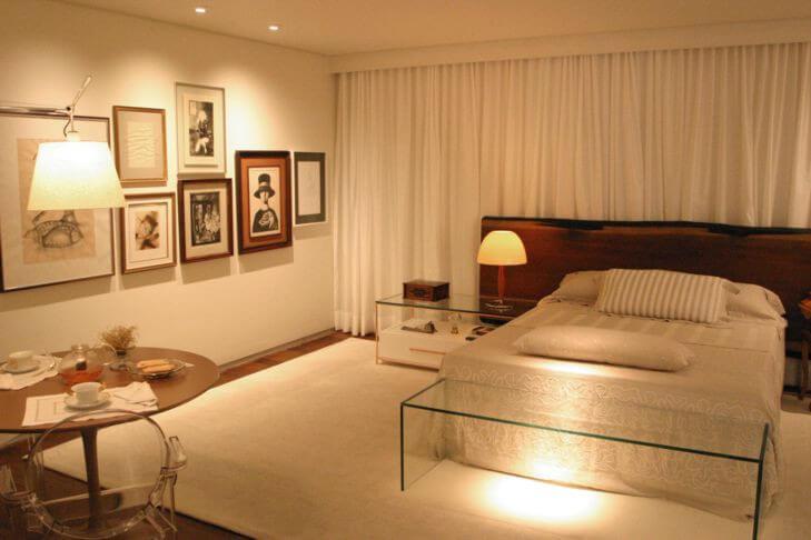 Quarto com decoração clara e roupa de cama em tons de cor palha Foto de Kipp Kits