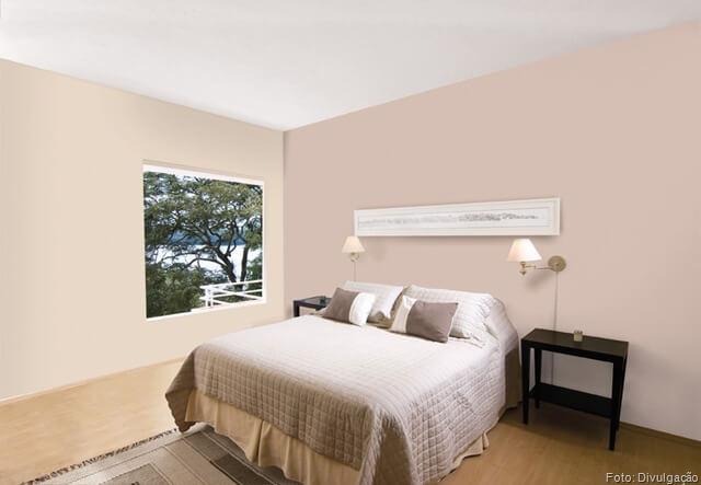 Quarto com parede cor de palha e rosa acinzentado Foto de Guia da Casa