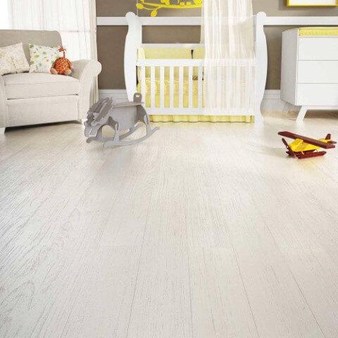 Quarto de bebê com piso vinílico de madeira branco Foto de Art Design Decor