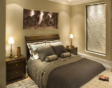 Quarto de casal com parede cor palha e tons escuros nos móveis Foto de Siote