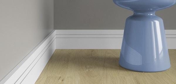 Rodapé branco em banheiro