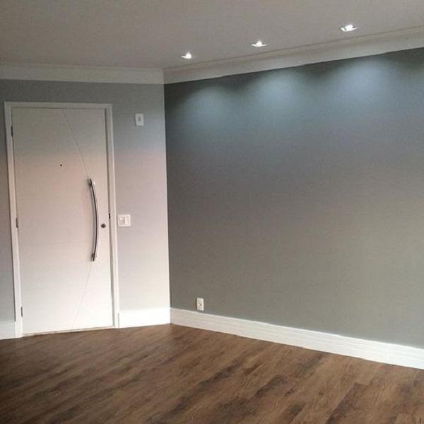 Rodapé de madeira branco na porta de entrada