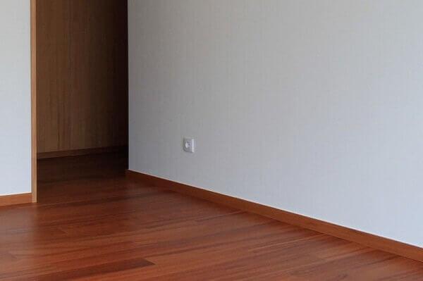 Rodapé em madeira decora sala