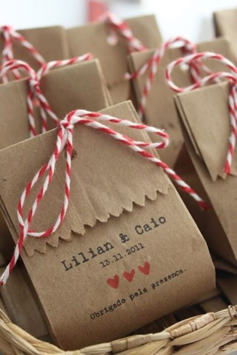 Sacola de papel com lembrancinhas de casamento Foto de Casamentos