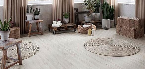 Sala com móveis claros, muitas plantas e piso vinílico claro imitando madeira Foto de Duratex Madeira