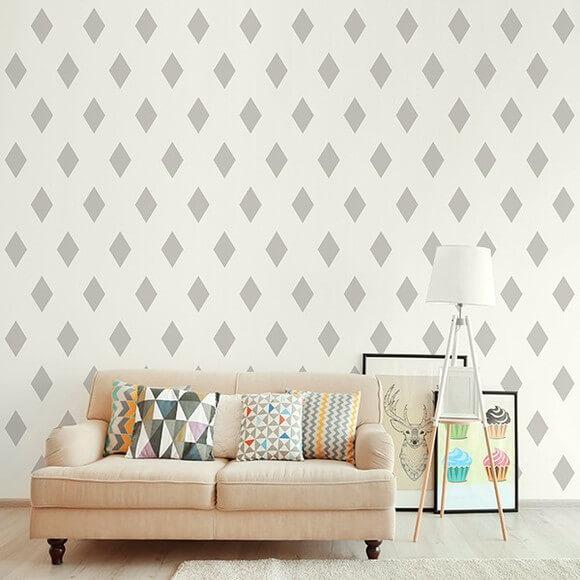Sala com parede em tom de cor palha e objetos de decoração coloridos Foto de Adesivos Decorativos Fine Arts