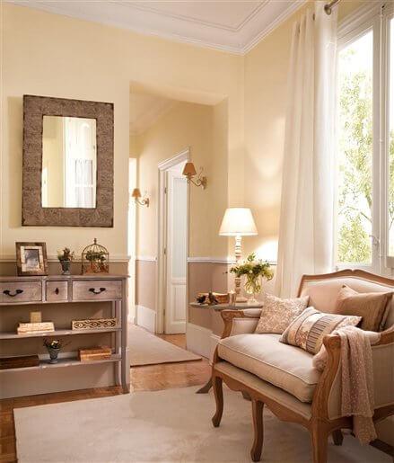 Sala com paredes na cor palha e móveis em tons neutros Foto de Decoración 2.0