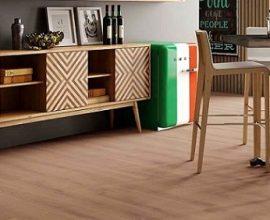 Sala com piso vinílico de madeira e móveis estilo retrô Foto de Duratex Madeira