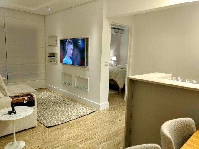 Sala com piso vinílico e decoração clara Projeto de Ana Wolcov