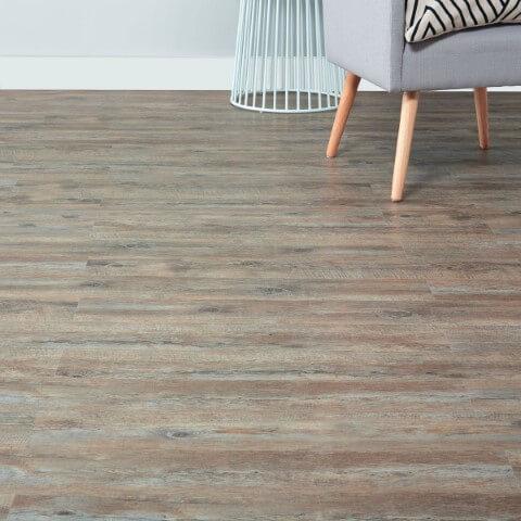 Sala com piso vinílico em tons diferentes imitando madeira Foto de Anglica Naorlu
