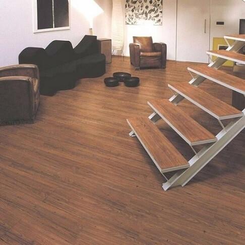 Sala com piso vinílico na escada Foto de Decorare Interiores