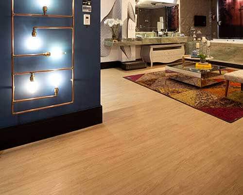 Sala com piso vinílico que imita madeira clara Foto de Cortiluz