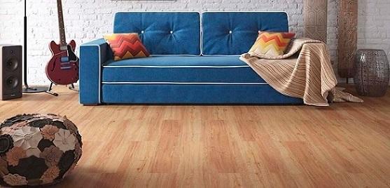 Sala com sofá azul e piso vinílico de tons diferentes Foto de Duratex Madeira