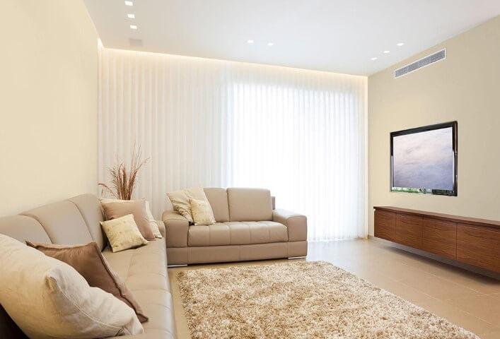 Sala de TV com parede cor palha e móveis marrom claros Foto de Meu Casebre