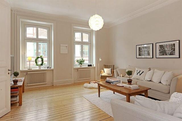 Sala de estar ampla com parede cor palha e decoração clara Foto de Pruzak