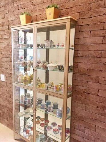 Sala de estar com cristaleira moderna de ferro e vidro Projeto de Via Vila Fábrica de Móveis