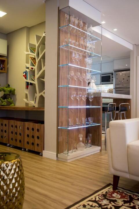 Sala de estar com cristaleira moderna de vidro bem alta com taças Projeto de Inova Arquitetura